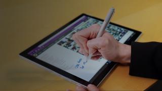 Persona che scrive su un tablet